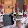 Une nappe de chez Eurodif, des assiettes de présentation en osier et des assiettes blanches de chez Bazar Avenue viennent décorer la table. Des verres à pied reçoivent les serviettes […]