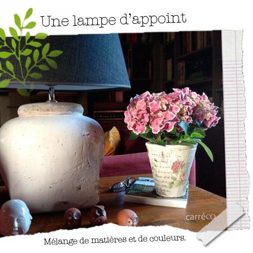 Une lampe d'appoint dans le salon
