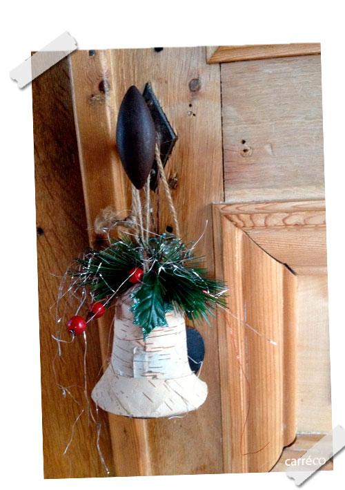 Une cloche décore la poignée