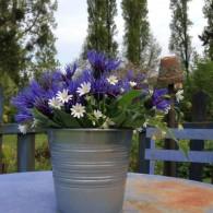 En ce début de printemps, tables et salons de jardin sont de sortie. Après un nettoyage de printemps, avec brosse et saint-marc, les voilà prêts à recevoir quelques bouquets.Quelques fleurs...