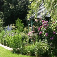 Après avoir sillonné les routes ornaises, découverte du charmant petit village de Moulins-sur-Orne. C'est au bout de ce village que Pascale Alexandre nous ouvre les portes de son jardin enchanteur...
