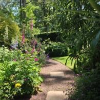 Au coeur de la cité thermale Bagnoles de l'Orne en Normandie, Annie Blanchais a pris possession de ce jardin d'ombre et de mi-ombre de 2500 m2 qu'elle voulait romantique et...