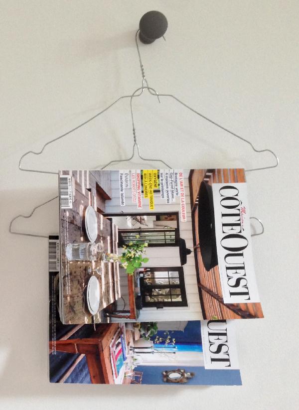 Des cintres comme support de magazines