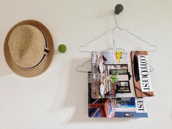 Chapeau et magazines décorent le mur