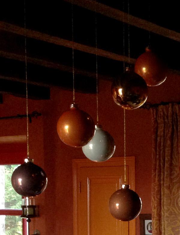 Les boules de couleurs suspendues au plafond