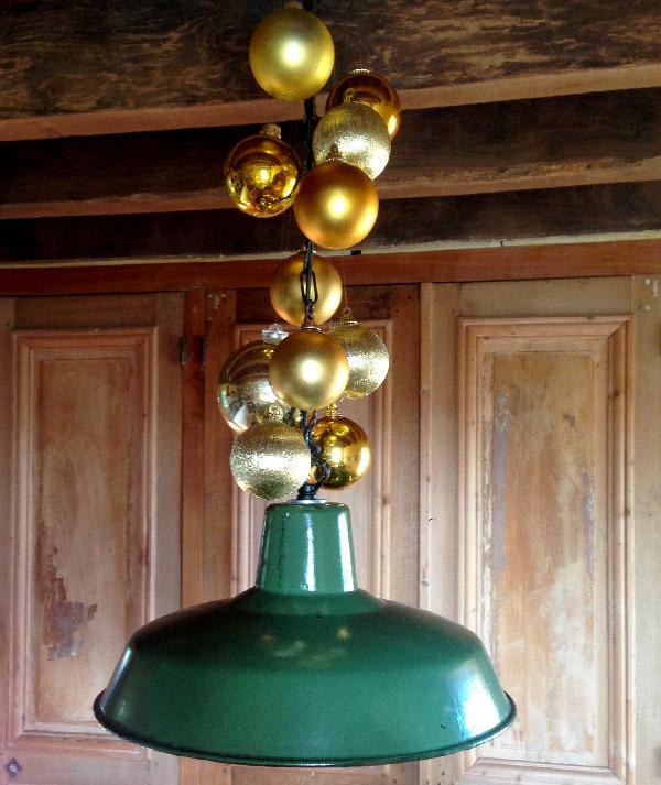 Les boules de Noël dorées font la déco de Noël