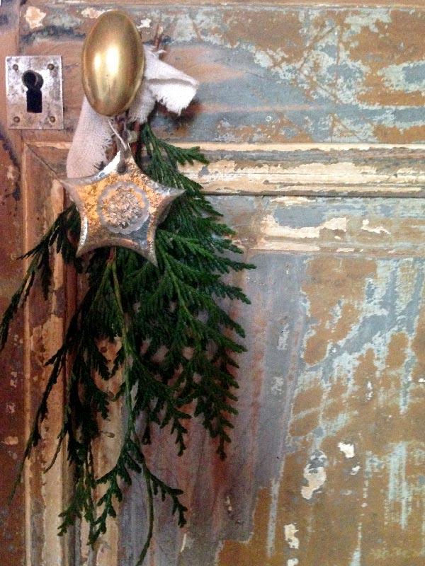Des branches de sapin décorent les poignées