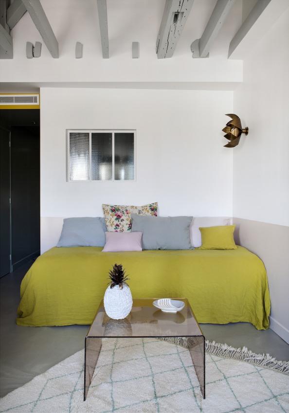 ambiance-cosy-lit-et-petite-table-basse-dans-l-une-chambre-de-l-hotel-henriette-sizel-158091-1200-849