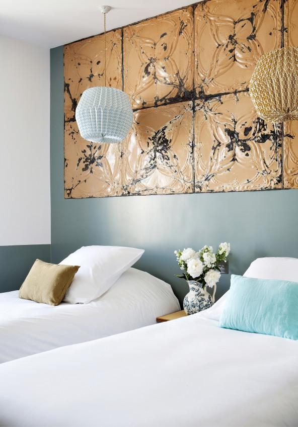 deux-lits-simples-de-l-une-des-chambres-de-l-hotel-henriette-a-paris-sizel-158331-1200-849