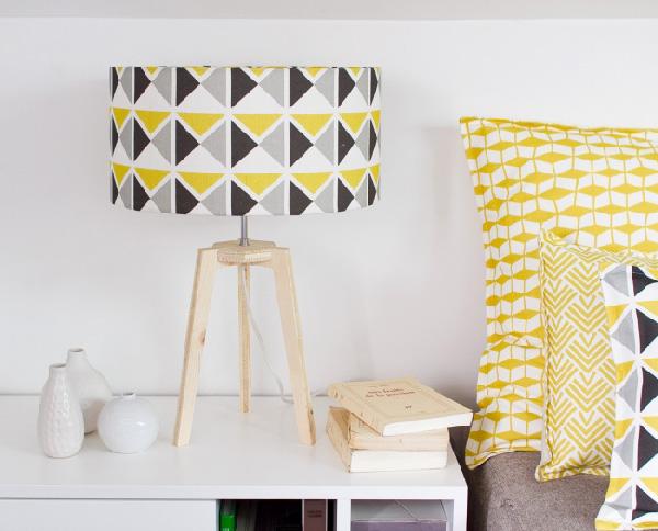 mademoiselle-dimanche-grande-lampe-1930-jaune-gris-noir-motif-vintage-trepied-bois