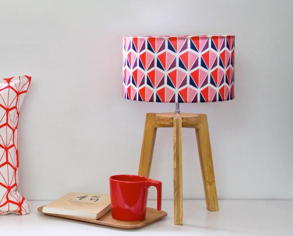 mademoiselle-dimanche-petite-lampe-trepied-facettes-rouge-lampe-design