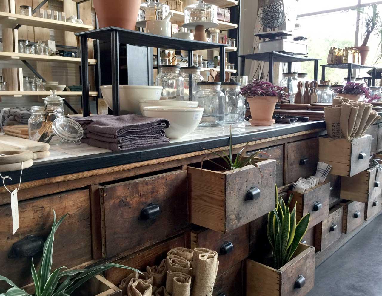 Ancien meuble de métier de 5 mètres mis en scène pour accueillir différentes collections des arts de la table dans la maison alfred et louisa