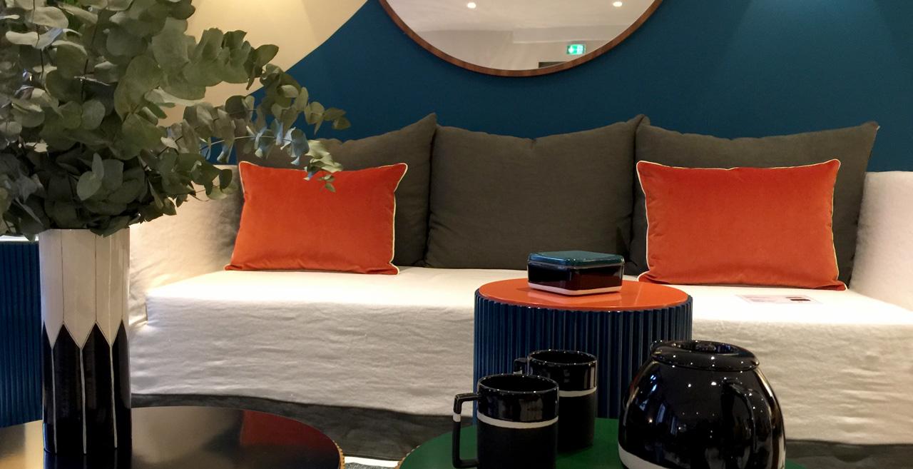 Ambiance orange, blanc et bleu autour du canapé