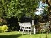Un ancien salon de jardin en bois blanc
