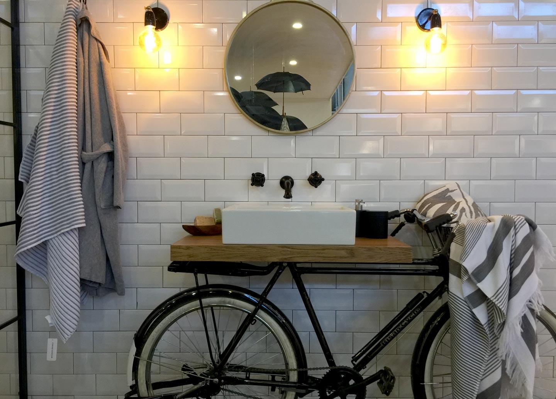 Salle de bain aux allures rétro chez Casual Avenue